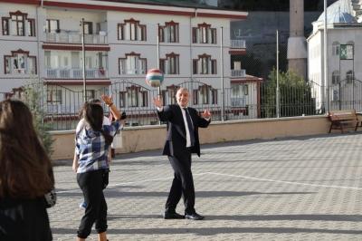 Başkan Altınok'un servisleri gençlerden alkış aldı