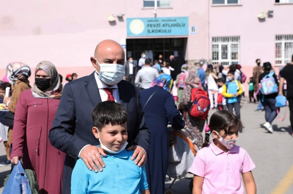 Başkan Altınok eğitim gördüğü okulları ziyaret etti