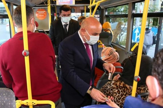 Başkan Altınok EGO otobüsünde hem TMM uyarısı yaptı hem de dezenfektan dağıttı