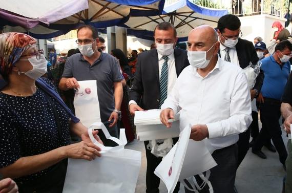 Başkan Altınok plastik kullanımına karşı bez torba dağıttı