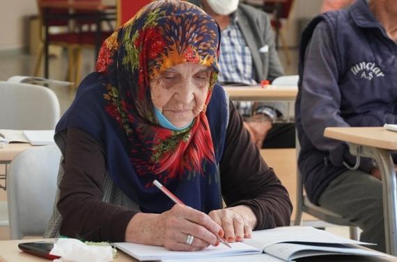 Huzurevindeki yaşlılar okuma yazma eğitimlerine başladı