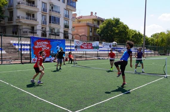 """Keçiören'de 30 Ağustos anısına """"sosyal mesafeli"""" ayak tenisi"""